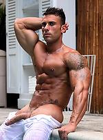 Hot bodybuilder Gianluigi Volti jacking off